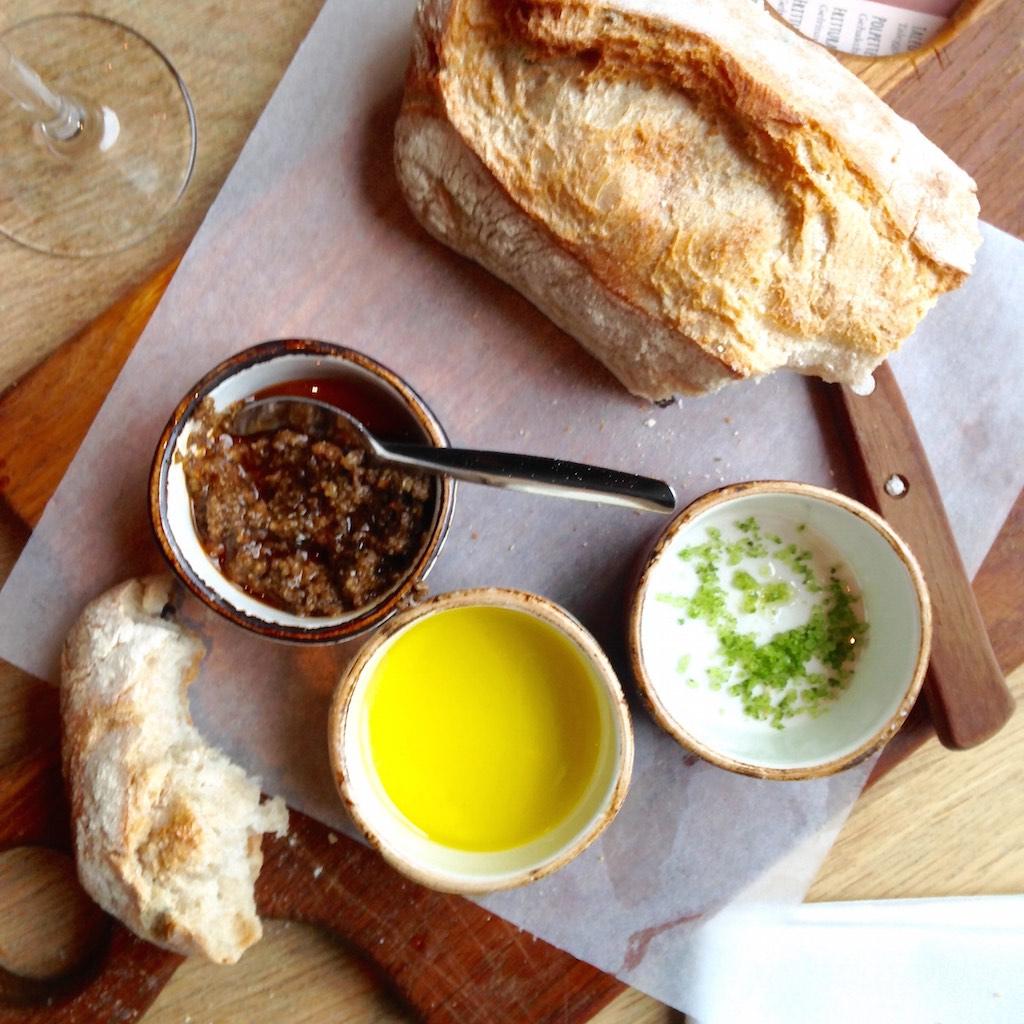 Frisch gebackenes Brot zur Begrüßung im Bar Bistro City Hall