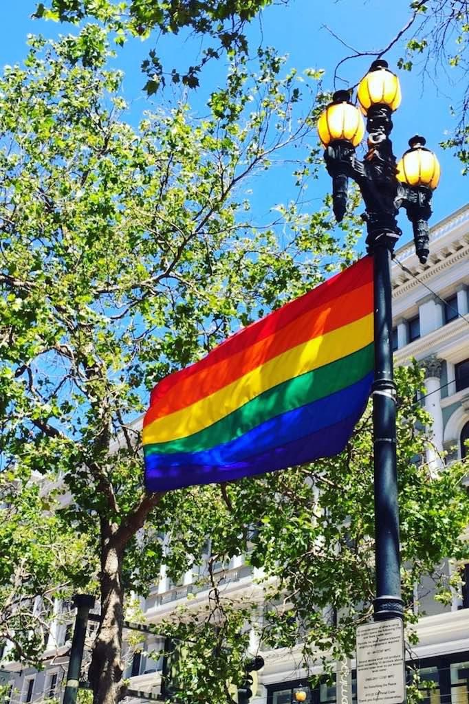 Regenbogenfahnen auf der Market Street in San Francisco ... Toleranz an jeder Straßenecke