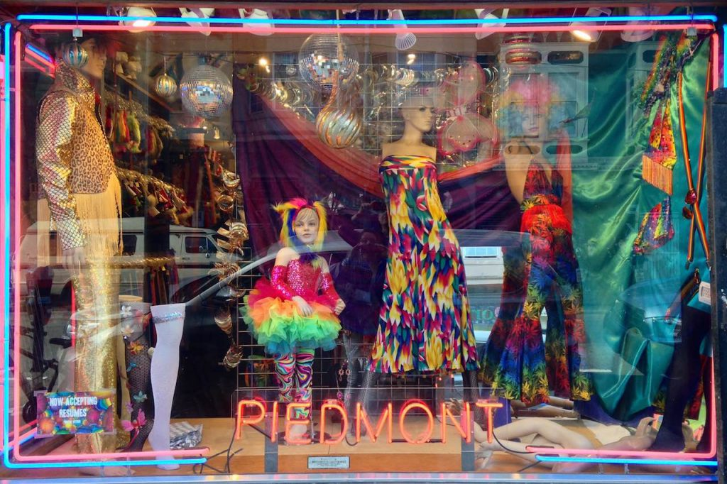 Hippie-Rainbow-Fashion in einem Schaufenster in Ashbury Haight, San Francisco