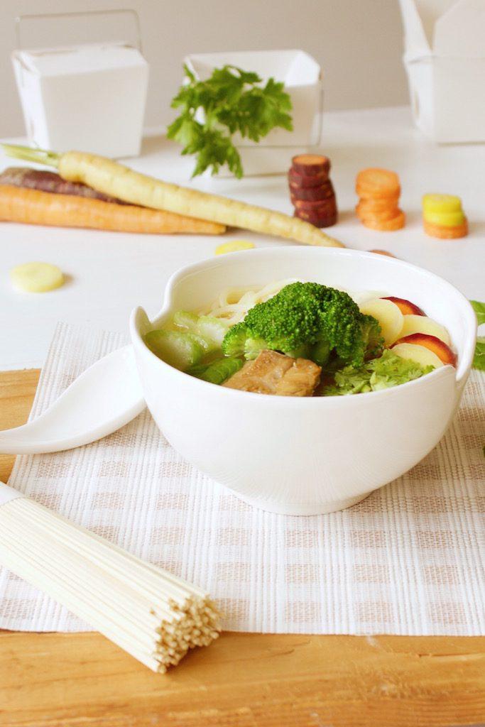 Japanischer Ramen mit selbstgemachter Brühe, zartem Rind und frischem Gemüse.