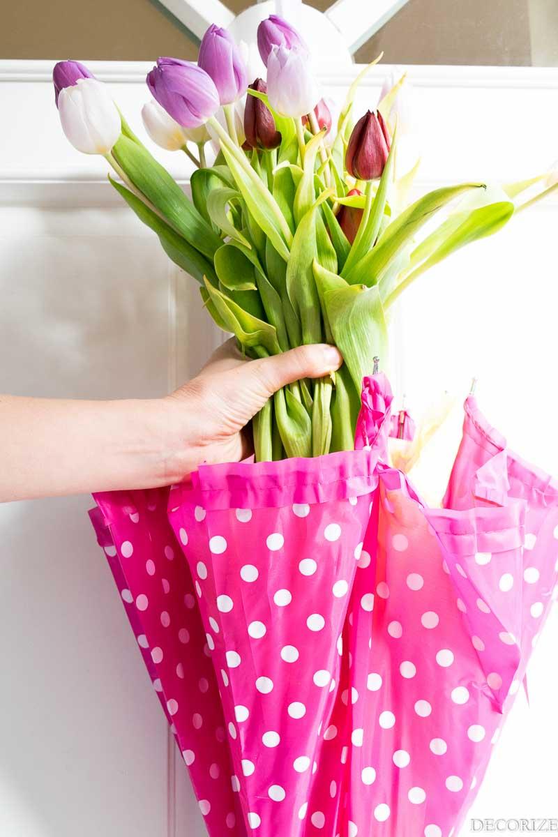 Türdeko mit frischen Tulpen für den Frühling.