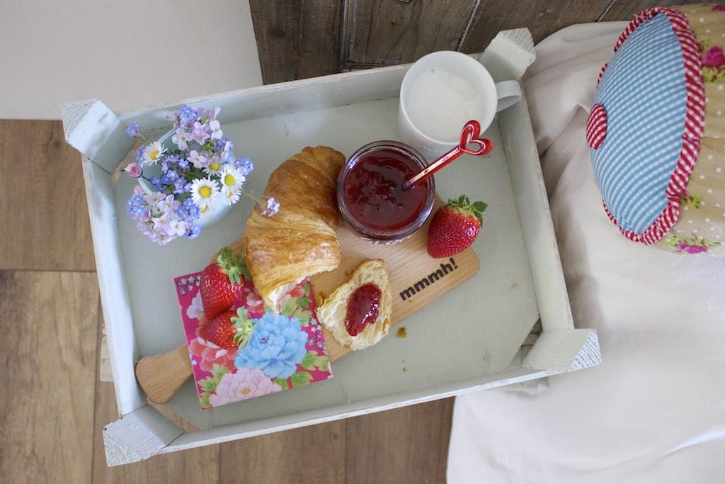 Easy DIY: eine Holzkiste als Frühstückstablett.