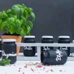 Upcycling: Gewürzregal mit Tafelfarbe und Handlettering – mit step-by-step Tutorial.