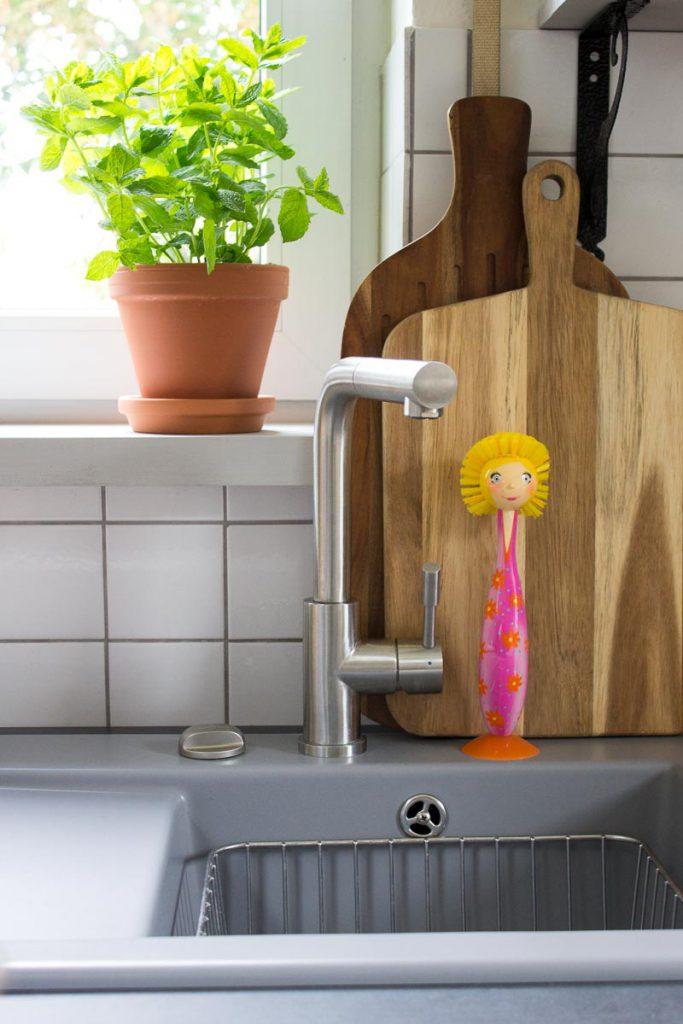 Design in der Küche: Keramikspüle mit praktischen Accessoires