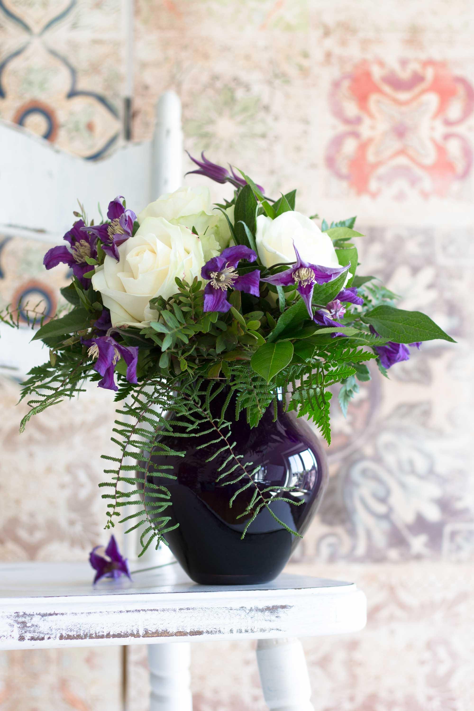 Blumendeko mit Rosen und Trendfarbe Lila