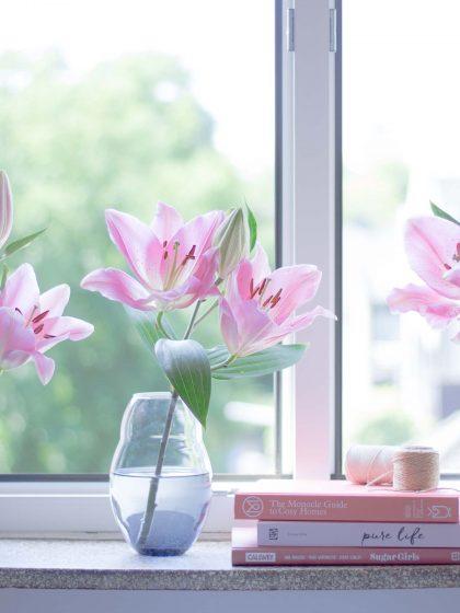 Somemrliche Blumen-Dekoration mit zarte Lilien