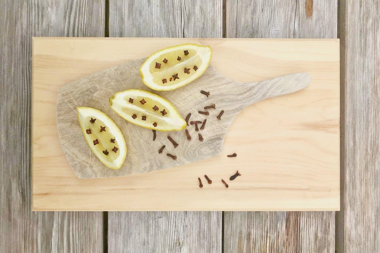 Was hilft gegen Wespen? Gewürznelken und Zitrone!