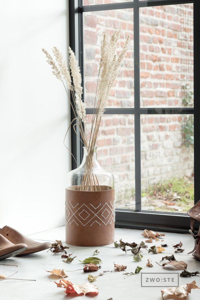DIY mit Leder: bestickte Husse für Vasen und Windlichter