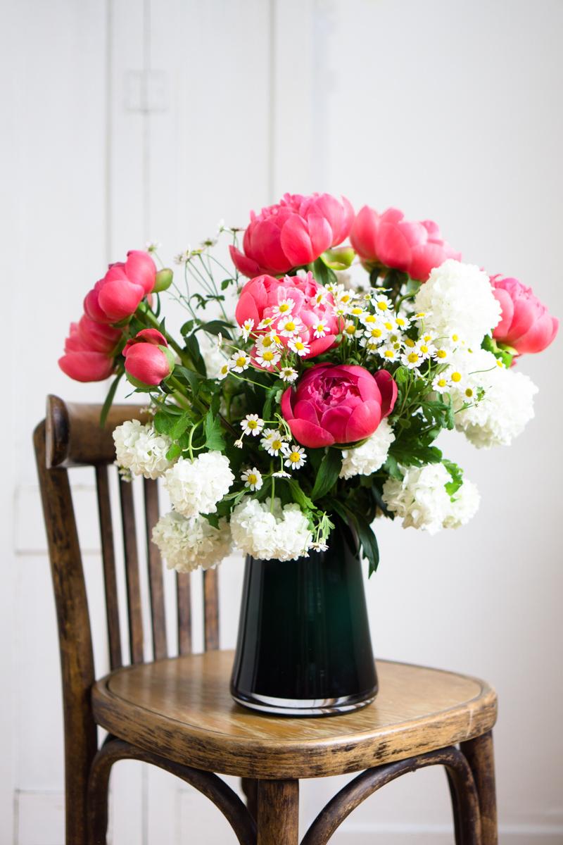 Blumendeko im Frühling: Pfingstrosen und Schneeball