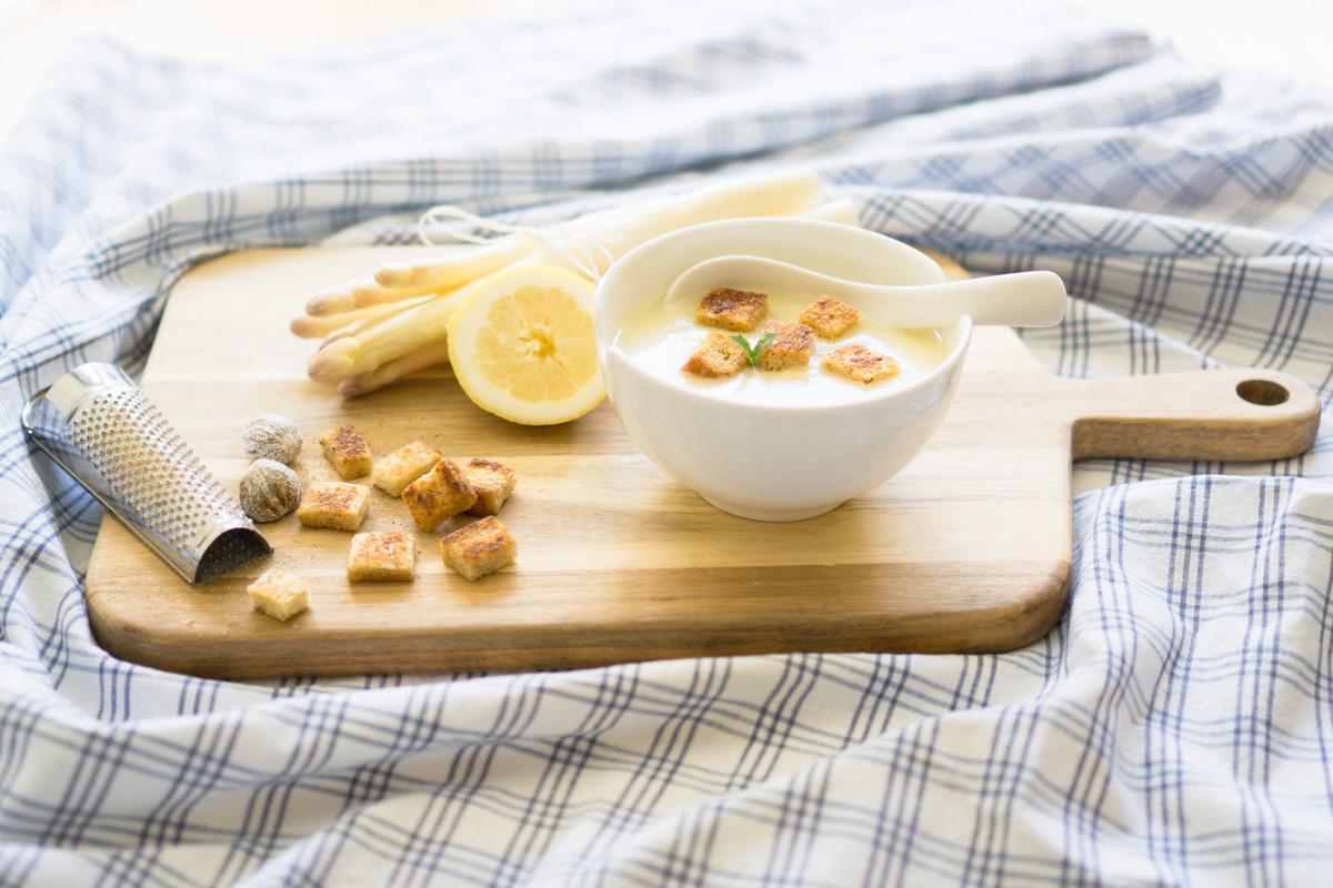 Klassiker der Spargelzeit: Spargelcremesuppe mit Croutons und Muskat