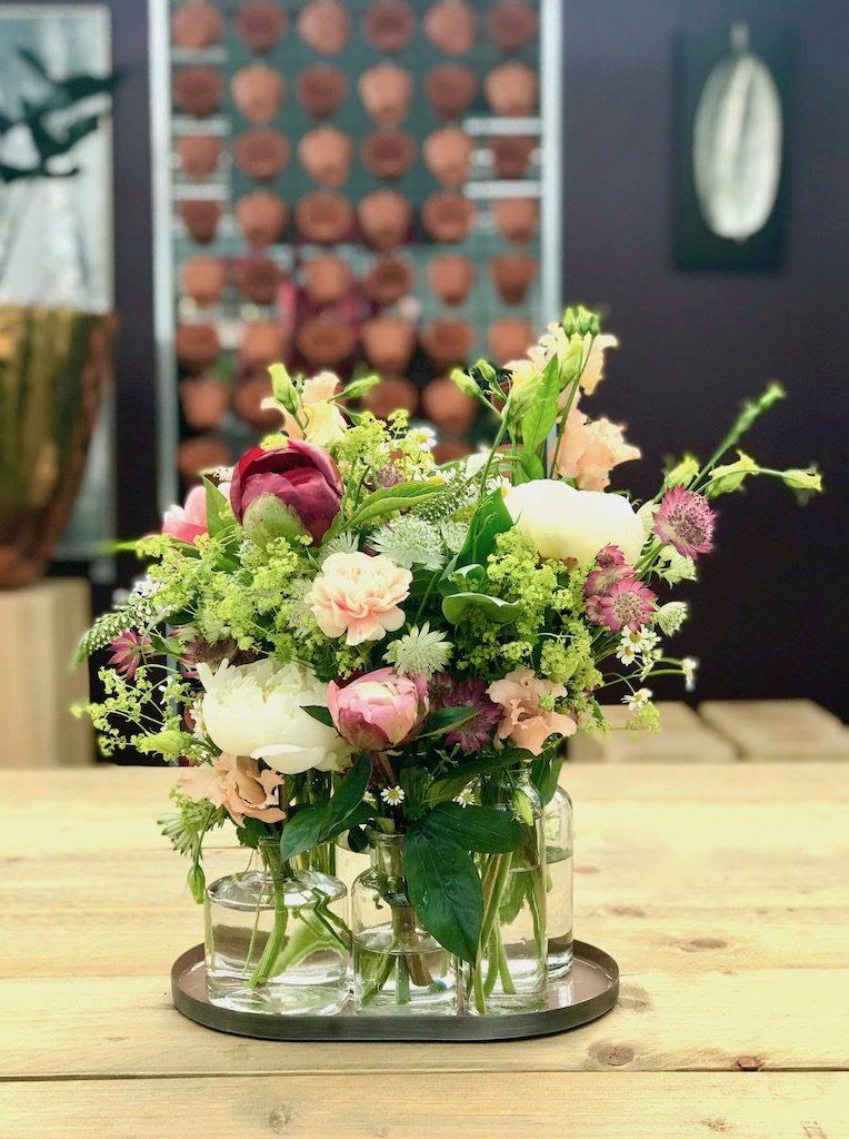 Blumendekoration mal anders: eine Blumenwiese in kleinen Vasen