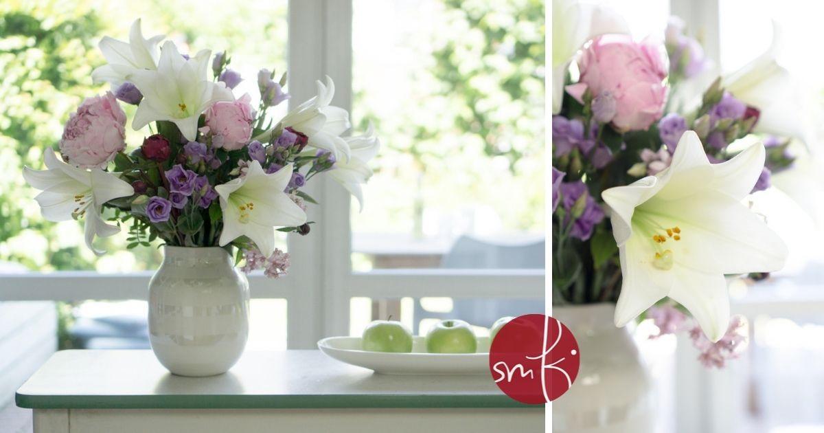 Flowerpower im mutigen Mix: weiße Lilien und Blumen aus dem Garten