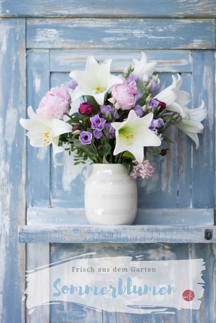 Flowerpower mutig gemixt: weiße Lilien und Blumen aus dem Garten