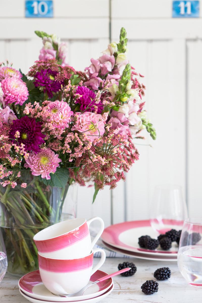 Blumendeko Ton in Ton: Dahlien, Strandflieder und rosa Kerbel im Sommer-Look