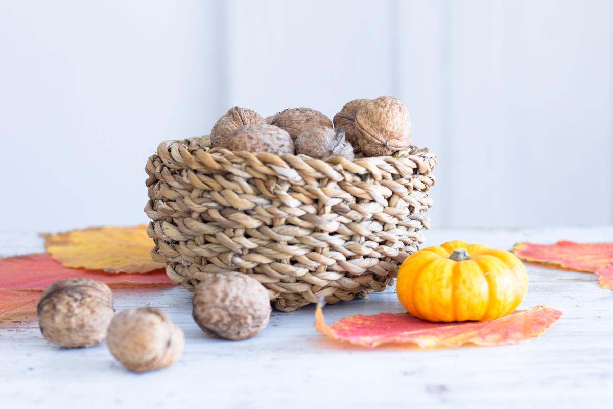 Tischdeko im Herbst: mit bunten Blättern, Nüssen, Kürbis & Co.