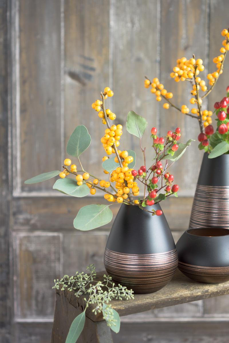 Minimalismus in der Vase: Beerenzweige, Eukalyptus und Kupfer-Optik. Mit Gewinnspiel!