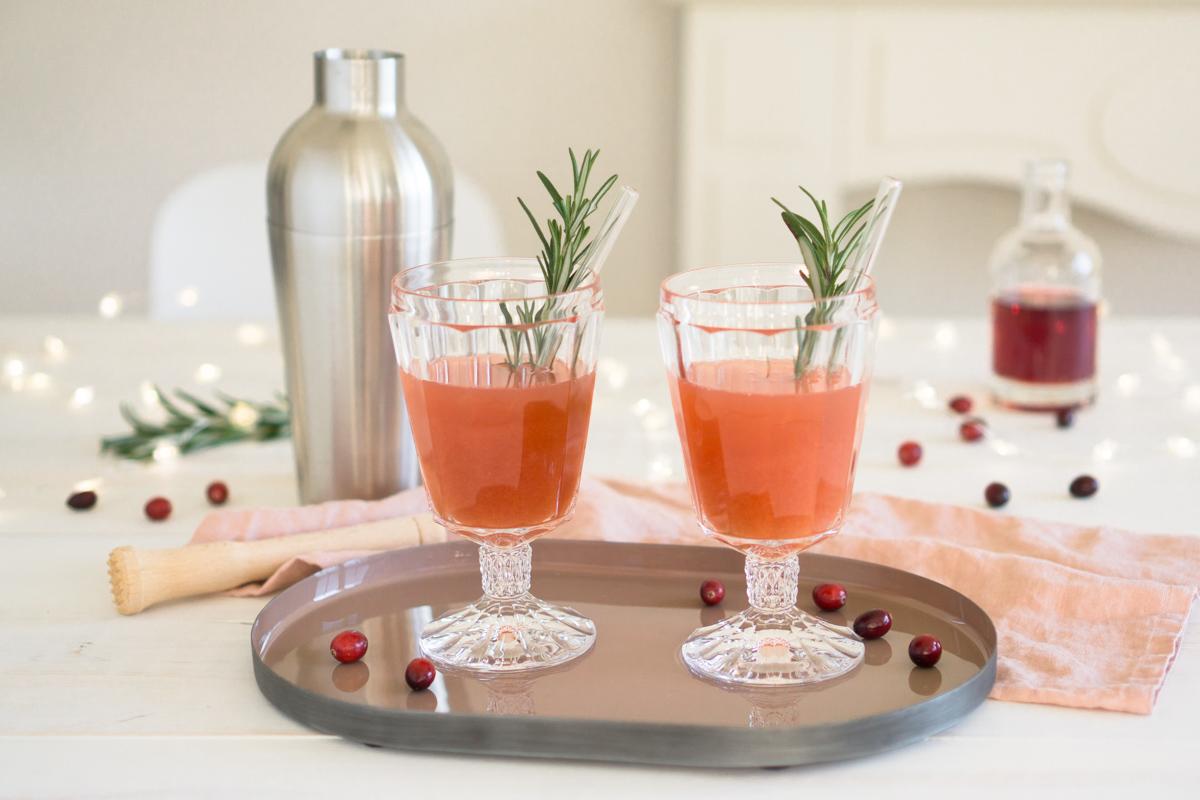 Mocktail – der Cocktail ohne Alkohol mit Cranberrysaft und Rosmarin