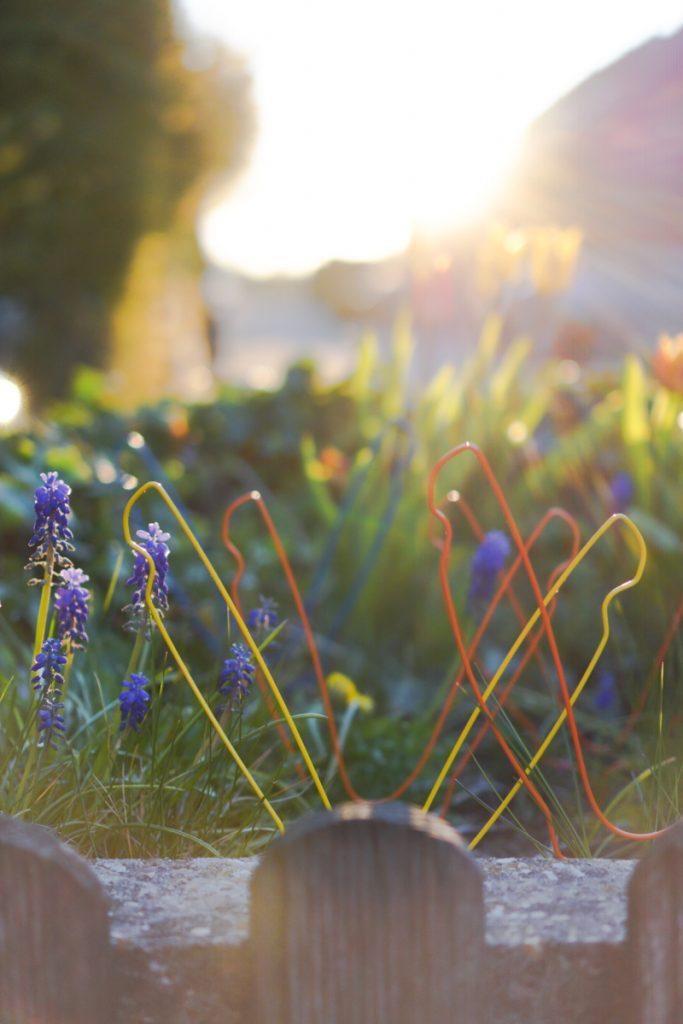 Die Hasen sind los! Easy outdoor Oster-Deko – aus bunten Kleiderbügeln!
