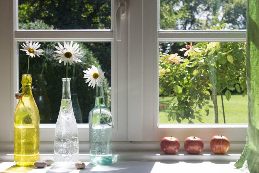 Sommerliche Blumendeko einfach und nachhaltig: Upcycle your Altglas!
