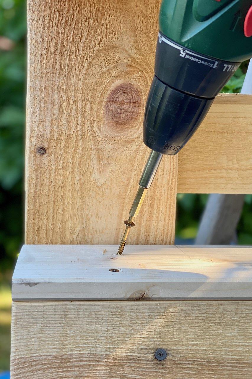 Outdoor hygge: ein DIY Palette - Regal für den Garten
