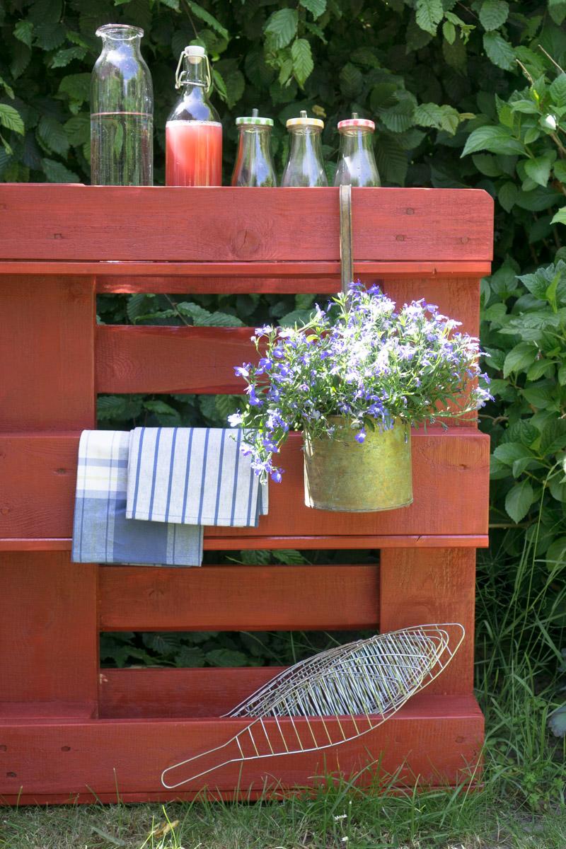 Outdoor hygge: ein DIY Paletten - Regal für den Garten