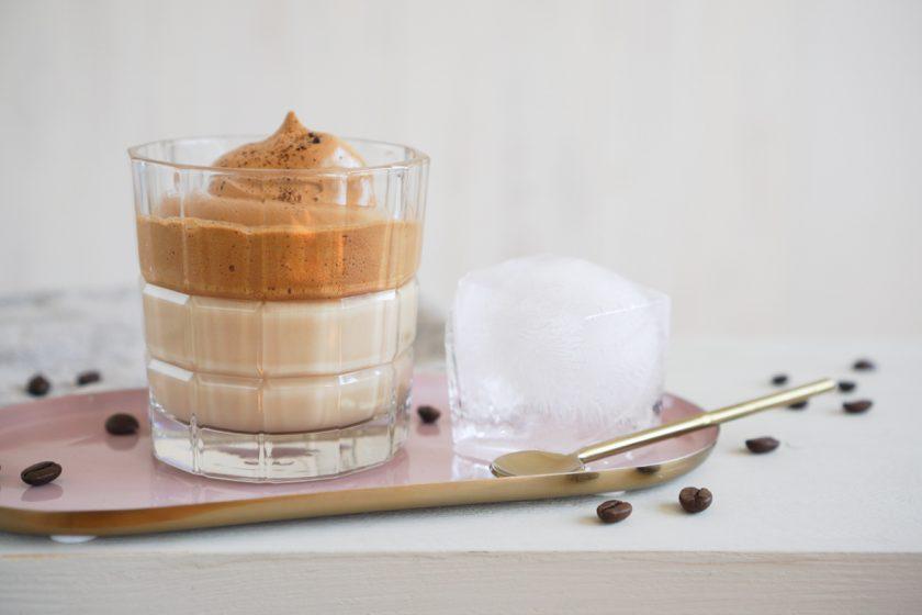 Dalgona: Coffee mit Kick – Kaffee mit selbst gemachtem Karamellsirup